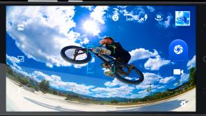 Noul gadget are un ecran generos şi o cameră cu mulţi megapixeli pentru selfie-uri.