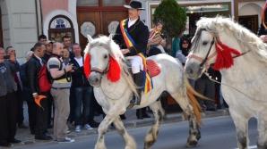 Trei persoane, între care o fetiţă de şase ani, loviţi de cai în timpul Paradei Junilor de la Braşov