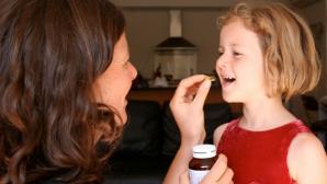 Copilul tău e bolnav? Vezi ce medicamente NU trebuie să-i dai!