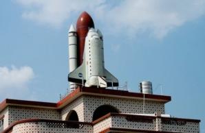 Culmea kitsch-ului! Un țăran și-a pus o navă spațială pe casă