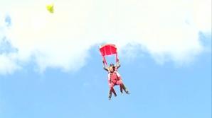 Zeci de pasionaţi de paraşutism s-au întâlnit pentru a ciocni ouă la 4.000 metri altitudine