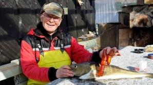 La asta nu se aștepta! Ce a găsit un bărbat într-un pește. Este INCREDIBIL
