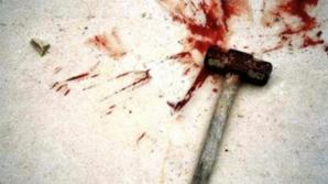 Bărbatul s-a sinucis după ce şi-a lovit iubita în cap cu un ciocan. Fata, în stare foarte gravă