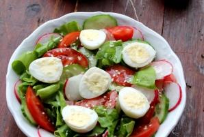 Salată de primăvară cu ouă de prepeliţă
