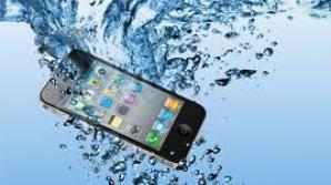 Cum iti salvezi telefonul daca l-ai scapat in apa