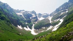 Cinci turişti blocaţi cu maşina pe un drum de munte din Bucegi, salvaţi de jandarmii montani