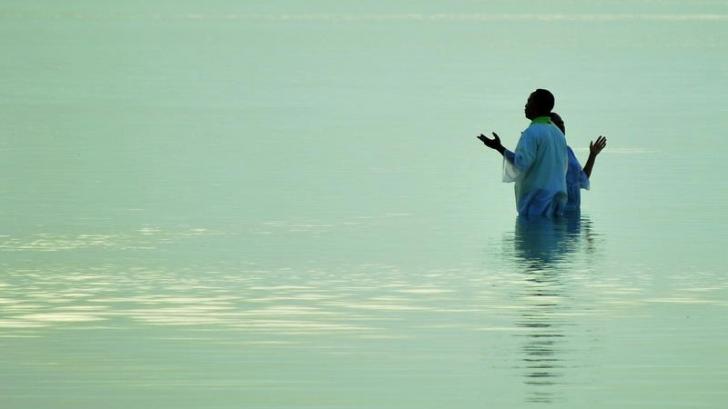 Un om care a fost botezat în mare, în California, a fost luat pe neaşteptate de valuri şi a dispărut