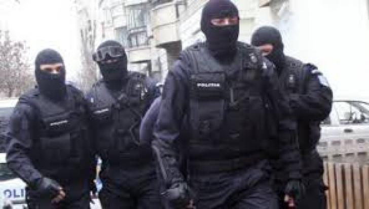 Mai mulţi funcţionari de la CJ Mehedinţi, ridicaţi de procurori, urmând să fie aduşi la Bucureşti