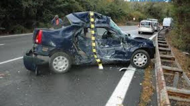Cinci persoane, între care o femeie însărcinată, rănite după ce două maşini s-au ciocnit