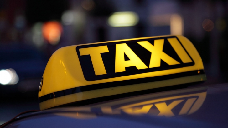 Suceava: Taximetrist cercetat după ce a scos cu forţa un client din maşină şi l-a lovit