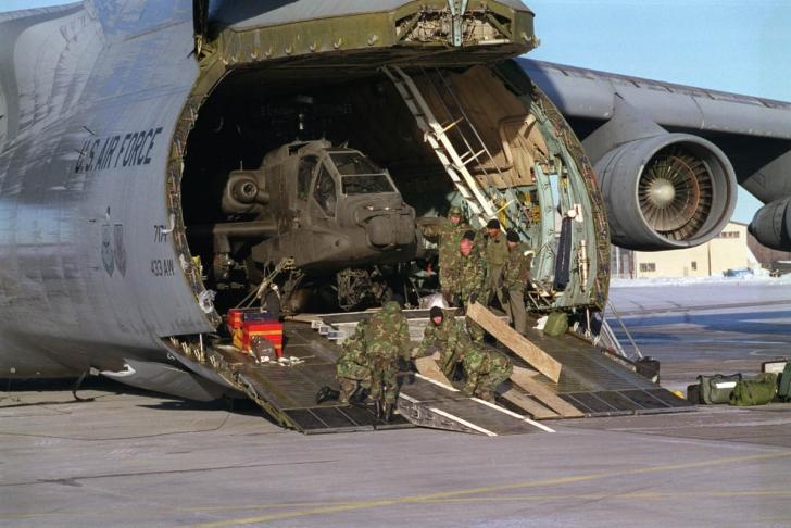 Lockheed C-5 Galaxy, un avion care poate transporta o încărcătură de până la 122 de tone