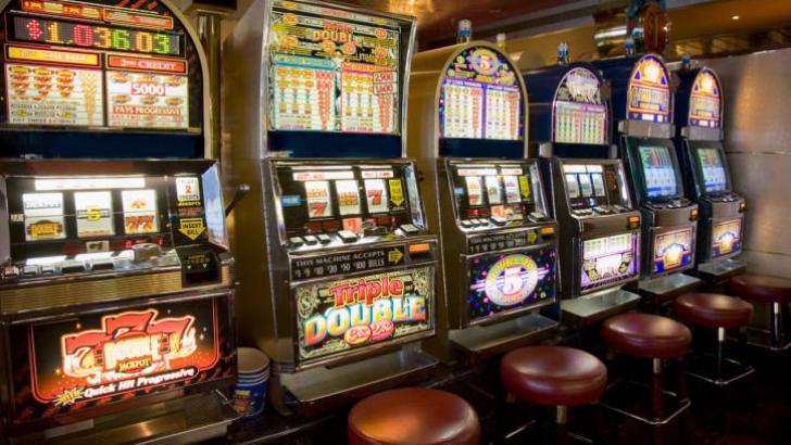Proiect de lege: Jocurile slot-machine să funcţioneze doar în cazinouri şi agenţii ale Loteriei
