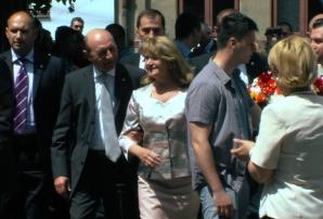 ALEGERILE EUROPARLAMENTARE 2014. Traian Băsescu, aplaudat la ieșirea din secția de votare