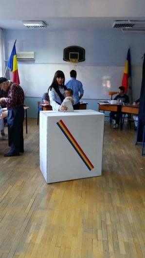 EUROPARLAMENTARE 2014. Elena Băsescu, la vot cu soţul şi fiica sa