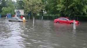 Aproape 200 de persoane izolate, zeci de localităţi inundate