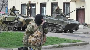 Separatişti proruşi, bine înarmaţi, la un punct de control din Slaviansk. Foto: Mediafax FOTO