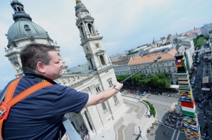 Record mondial, în Ungaria: cel mai ÎNALT turn din piese Lego. Foto: Mediafax Foto / AFP Attila Kisbendek
