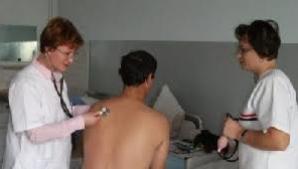 Asistenţii medicali şi moaşele se pot pensiona la 65 de ani