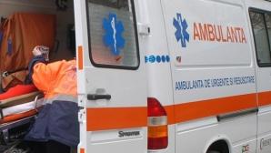 O ambulanţă s-a răsturnat, după ce a fost lovită de o maşină de teren