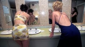 Un club din Scotia a starnit un adevarat scandal dupa ce a instalat oglinzi prin care se poate vedea din exterior in toatela pentru femei.