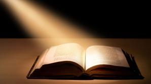 """""""Biblia care a ajuns pe Lună"""" a fost vândută la licitaţie"""