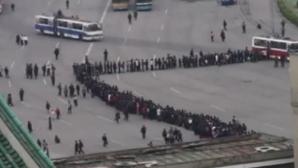Cum stau sute de nord-coreeni la coadă pentru a se urca în autobuz
