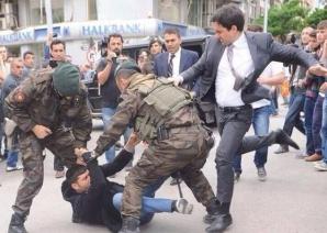 Consilierul lui Erdogan loveşte un protestatar