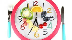 STUDIU: Două mese copioase pe zi ţin mai bine sub control greutatea şi glicemia, faţă de 6 gustări