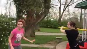 Clipul care a ŞOCAT Internetul: Lovită cu lopata în cap într-o bătaie între fete