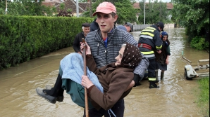 Inundaţiile ameninţă principala centrală electrică din Serbia şi zonele minate din Bosnia