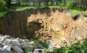 Surpare masivă de teren la Lupeni, în gospodăria unei familii