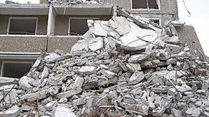 Zidul unei clădiri dezafectate din Capitală, PRĂBUŞIT PESTE MAŞINI parcate