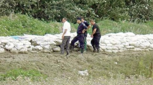 Argeş: NISIPUL dus pe malul unui râu pentru îndiguiri, FURAT DE LOCALNICI