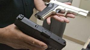 Poliţistul care şi-a împuşcat accidental în gât un coleg de serviciu, cercetat disciplinar