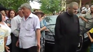 Supăraţi peste măsură că preotul care slujea în localitate va fi schimbat, sute de săteni din Cernu, judeţul Bacău, l-au huiduit pe episcopul vicar, Preasfinţitul Ioachim Băcăuanul.