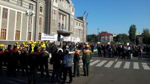 Peste 2.000 de angajaţi din Portul Constanţa protestează în faţa Primăriei