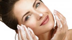 Cum să te speli corect pe față. 10 greșeli care îți distrug tenul