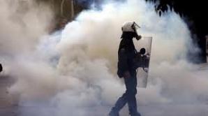 AFP: Scutierii au intervenit cu gaze lacrimogene la manifestaţia de 1 mai