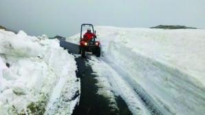 Zăpadă de aproape doi metri pe Transalpina