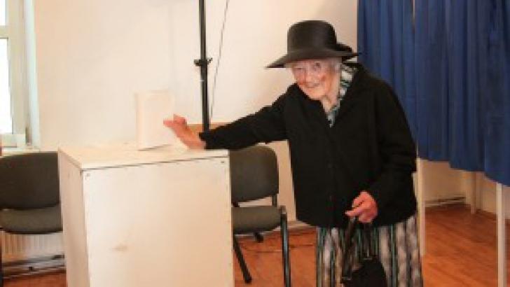 ALEGERILE EUROPARLAMENTARE 2014. Elisabeta Joldea are 99 de ani şi a mers la vot. Foto: ziarapulum.ro