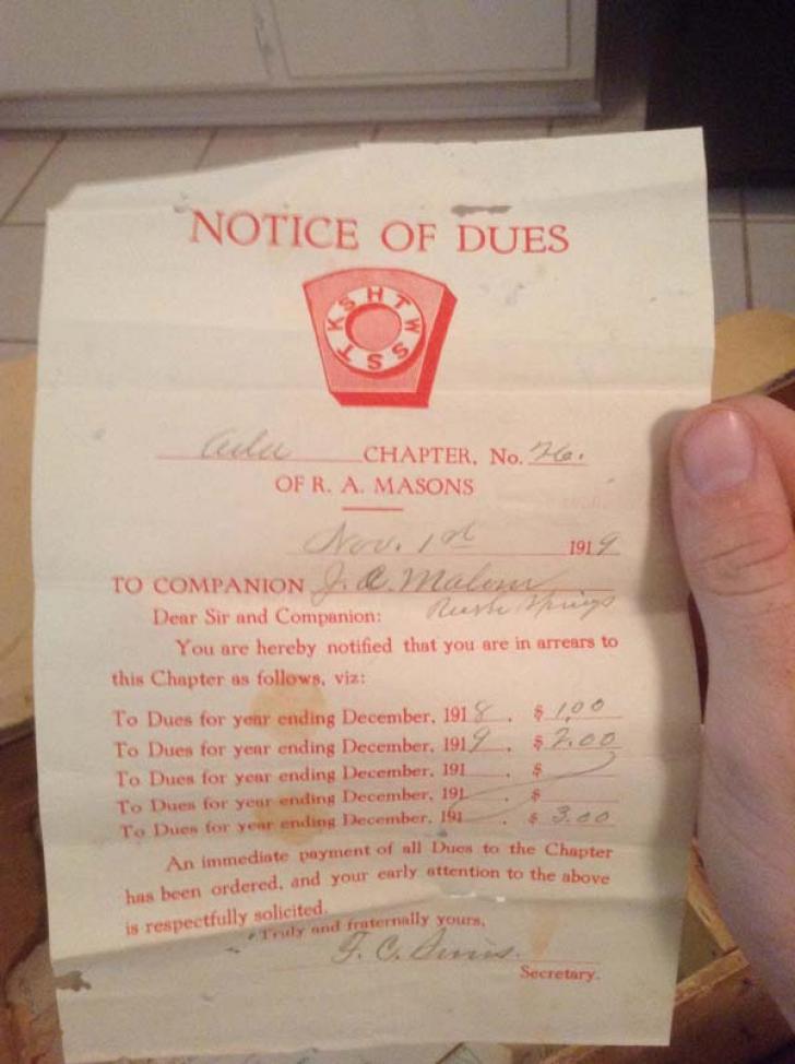 Ce conţine cufărul misterios din garajul bunicului: cărţi vechi şi valoroase şi o legitimaţie de apartenenţă la masonerie