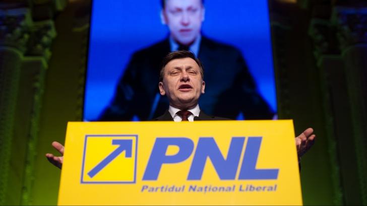 EUROPARLAMENTARE 2014. Afişe cu gropari în tricouri cu sigla PNL, în Bistriţa. Liberalii acuză PSD / Foto: MEDIAFAX