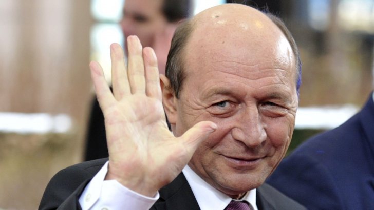 Băsescu, APLAUDAT ŞI HUIDUIT la ieșirea din secția de votare