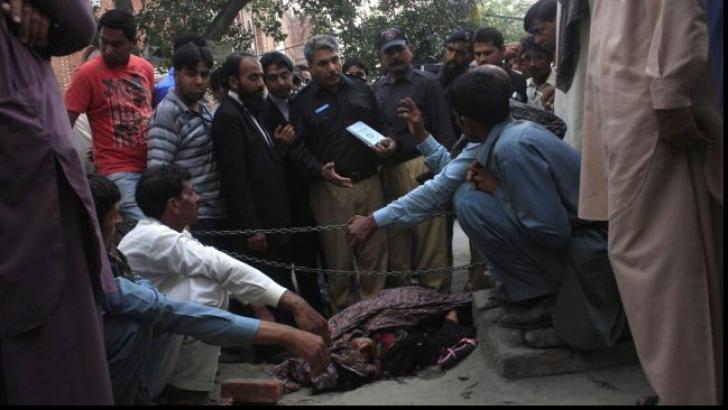O tânără însărcinată din Pakistan a fost ucisă cu pietre de propria familie
