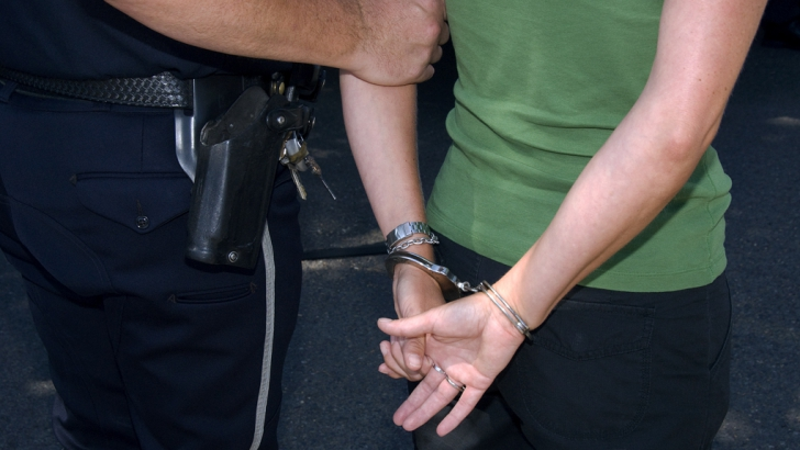 Şase tineri suspectaţi că distribuiau droguri în Gorj au fost arestaţi