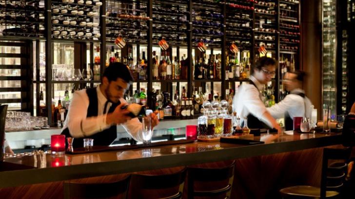10 lucruri pe care sa nu le faci NICIODATA cand mergi intr-un bar!