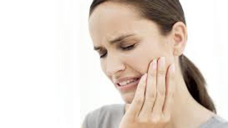 6 remedii naturiste pentru durerile de dinţi