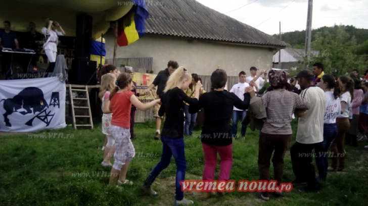 Serbare câmpenească organizată de localnici din Pungeşti, la câteva sute de metri de sonda Chevron / Foto: vrn.ro