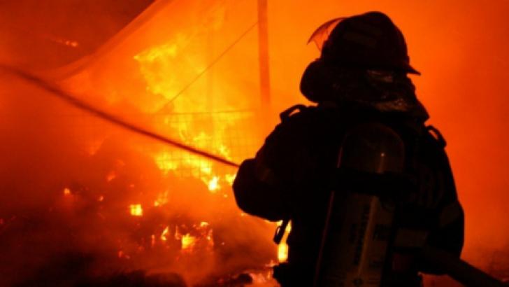 Incendiu la două imobile din Chitila. O persoană a fost ...  |Incendiu Chitila
