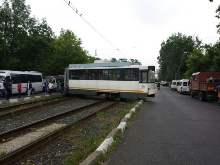 Un tramvai de pe linia 41 s-a rupt în două